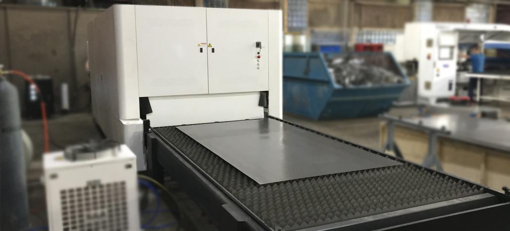 Высокомощный лазерный станок на производстве